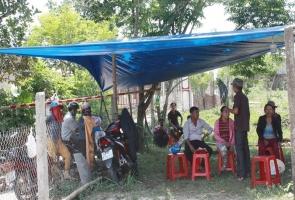 TIÊN PHƯỚC- Người dân dựng barie yêu cầu trại chăn nuôi heo dừng hoạt động