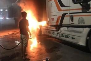 NÚI THÀNH- Xe đầu kéo nổ lốp, bốc cháy ngùn ngụn gần trạm thu phí