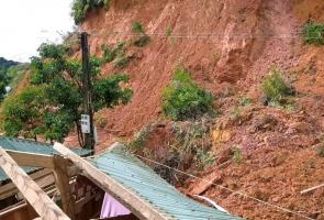 Tây Giang: Sạt lở đất vùi lấp 3 căn nhà khi người dân vừa sơ tán