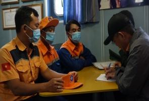 Cứu 2 thuyền viên gặp nạn ở vùng biển Quảng Nam