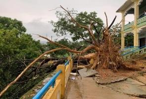 Nam Trà My- Mưa dông kèm lốc xoáy khiến nhiều nhà dân bị tốc mái