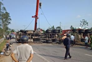 TAM KỲ- Xe container chở dầu lật chắn ngang quốc lộ 1A