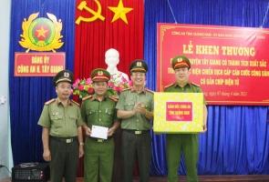 Khen thưởng Công an Tây Giang về thành tích trong cấp căn cước công dân