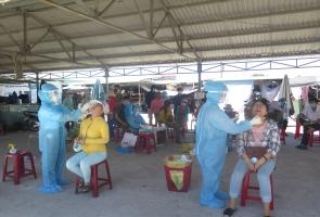 Tam Kỳ lấy mẫu xét nghiệm cho 650 tiểu thương và người dân khu vực chợ Vườn Lài