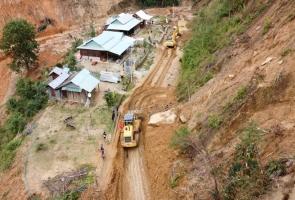 Phước Sơn- Mở đường đưa xe cơ giới vào tìm kiếm nạn nhân mất tích