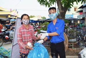 Núi Thành- Người dân đổi rác thải nhựa lấy nước rửa tay