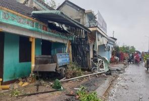 Phú Ninh- Xe container tông 7 nhà dân hư hỏng nặng