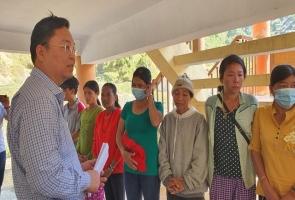Chủ tịch tỉnh thăm, tặng quà cho bà con vùng sạt lở Phước Sơn