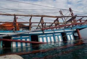 NÚI THÀNH- Tàu cá đang neo đậu bất ngờ bị nước nhấn chìm