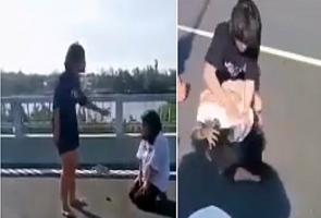 Nữ sinh lớp 7 bị đàn chị hành hung, lột áo giữa cầu